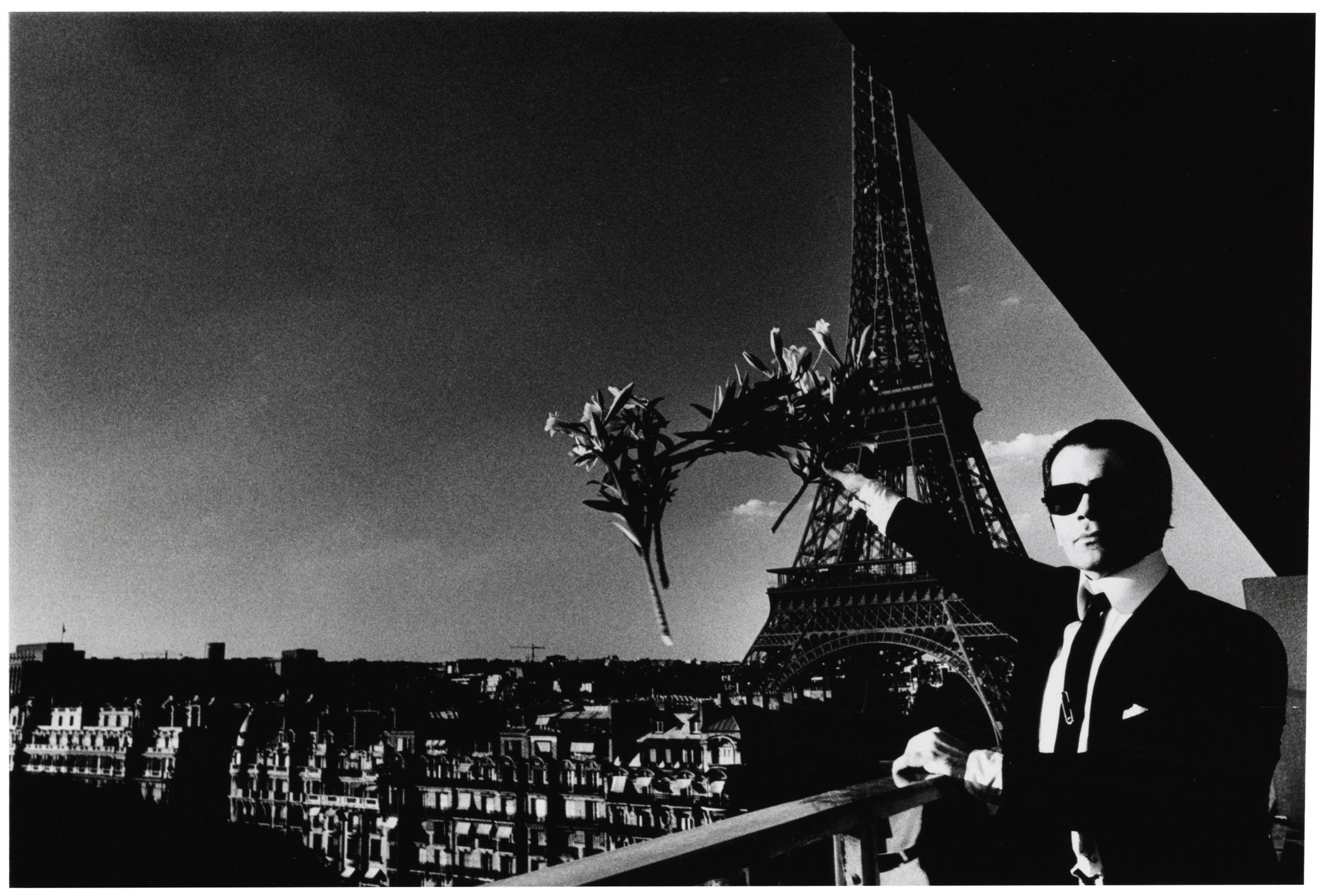 Karl Lagerfeld fotograferad av Helmut Newton i Paris 1976