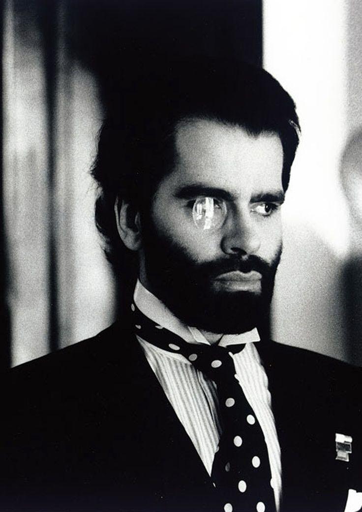 Karl Lagerfeld med monokel och prickig slips