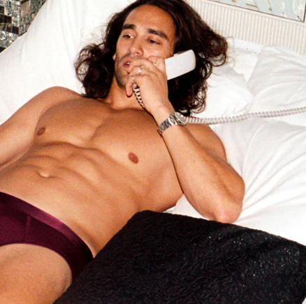 Presenttips CDLP Burgundy y-briefs - guy in briefs on the phone in bed