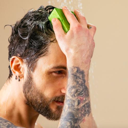 Protein schampo från Lush - kille som schamponerar håret
