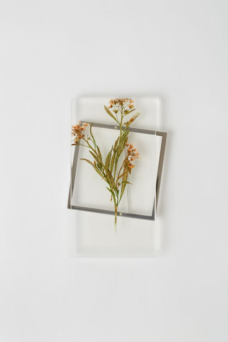 Brosch från Acne Studios med torkade blommor