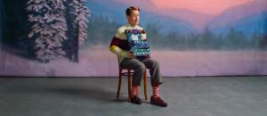 Macaulay Culkin på en stol