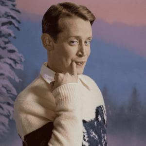 Närbild på Macaulay Culkin i jultröja