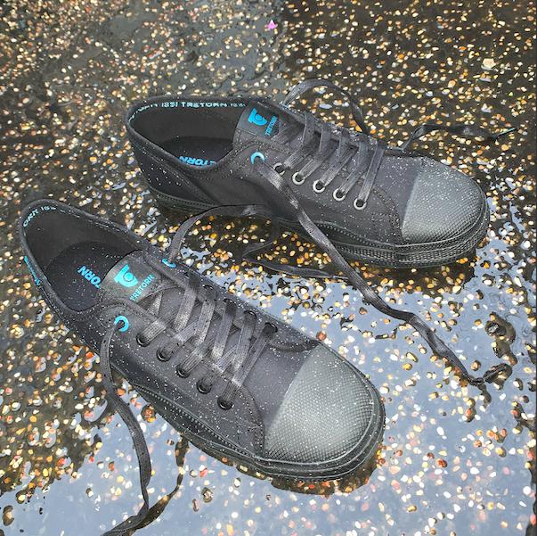 Svarta sneakers från Tretorn i regn