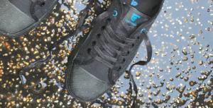 Närbild på svarta sneakers i regn