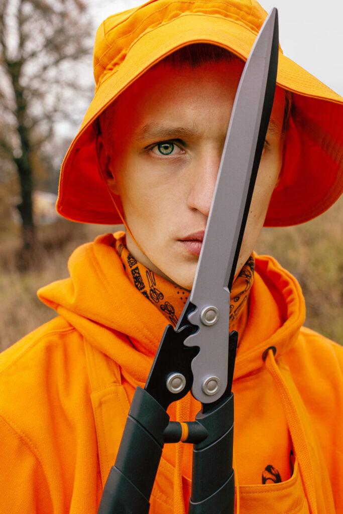Man i orange hatt och verktyg från Fiskars