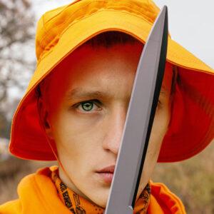 Man i orange hatt